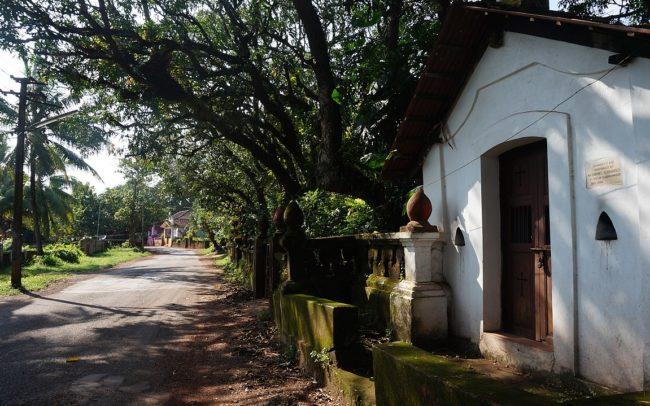 Siolim Hotel Roadside View